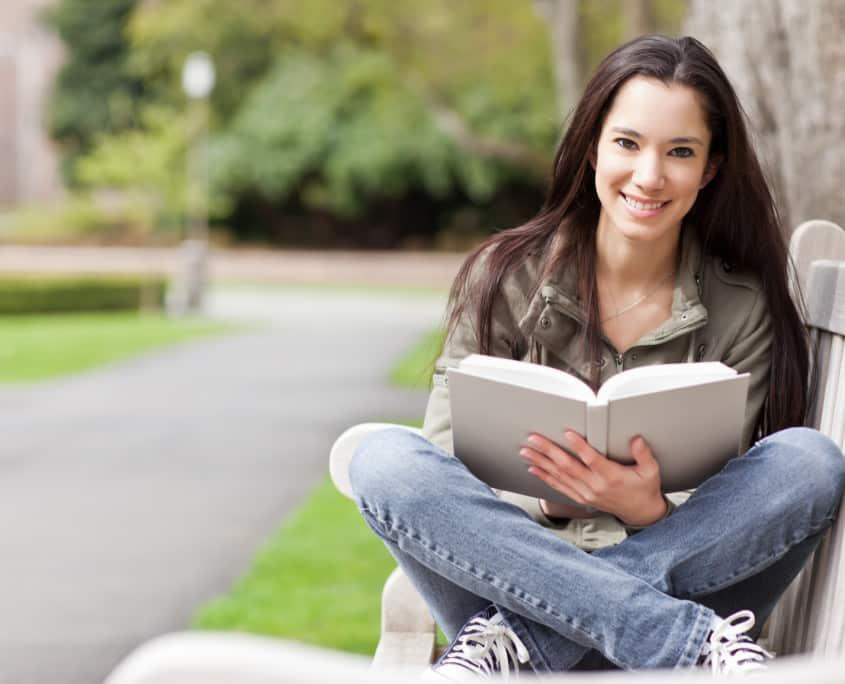 Etudiante souriante préparant un examen
