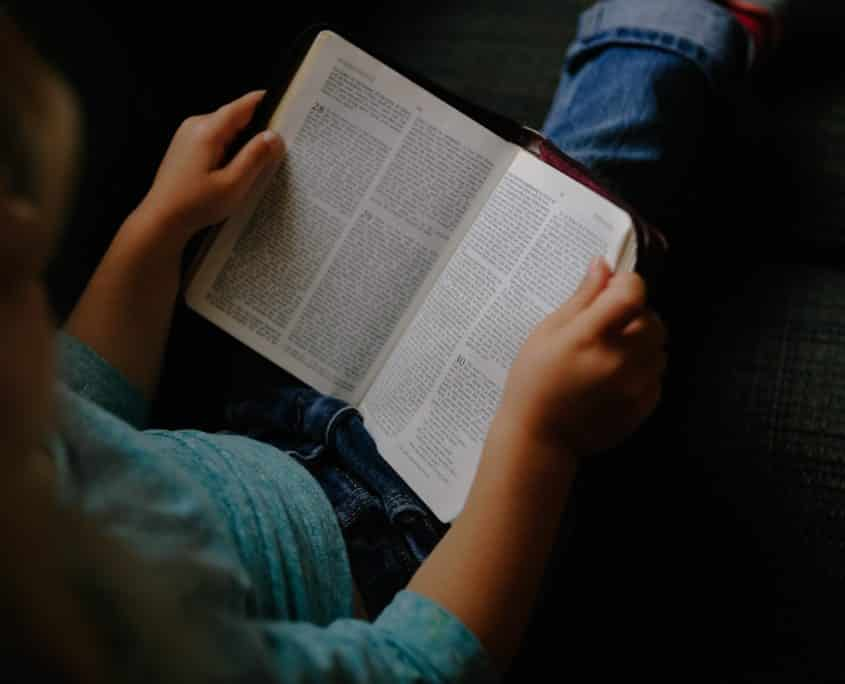 collège ipécom paris élève faisant une lecture