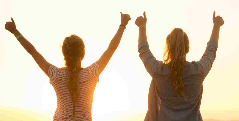deux élèves annonçant le succès au bac grace aux stages de préparation
